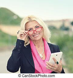 maduras, mulher negócio, com, tablet., sorrindo, negócio, woman., outdoors.