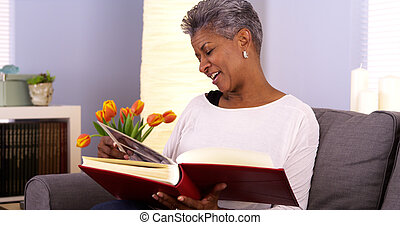 maduras, mulher preta, olhando, álbum foto