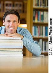 maduras, pilha, escrivaninha, livros, sorrindo, estudante, biblioteca