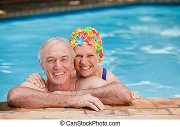 maduras, piscina, par, natação, feliz