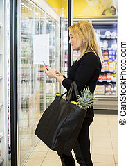 maduro, cliente, mujer que utiliza celular, mientras, proceso de llevar, compras
