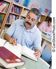 maduro, estudiante masculino, estudiar, en, biblioteca