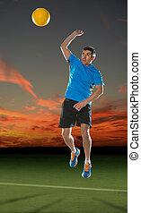 maduro, hispano, jugador del voleibol, en acción