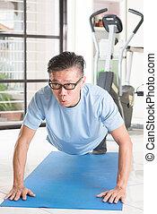 maduro, hombre asiático, pushup, en, gimnasio