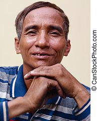 maduro, hombre asiático, sonriente, y, mirar cámara del juez