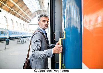 maduro, hombre de negocios, en, un, tren, station.