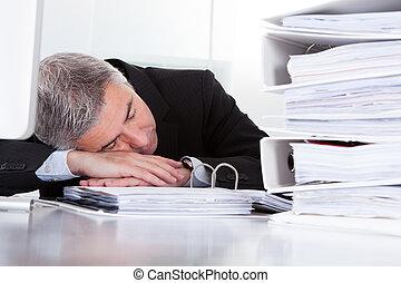 maduro, hombre de negocios, sueño, en el escritorio