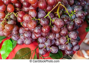 maduro, uva roja, con, hojas, en, tabla