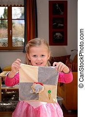 Maedchen mit Plueschtier - kleines Kind als Prinzessin mit...