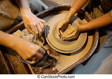 maestro, alfarero, enseña, el, niño, para trabajar, en, el, potter's, wheel., cicatrizarse, tiro