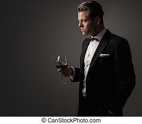 magabiztos, öltözött, pohár, éles, ember, bor