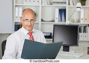 magabiztos, üzletember, reszelő, érett, íróasztal
