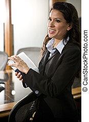 magabiztos, fiatal, spanyol, üzletasszony, alatt, tanácskozóterem