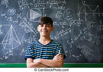 magabiztos, latino, fiú, mosolygós, fényképezőgép, közben, matek, feladat