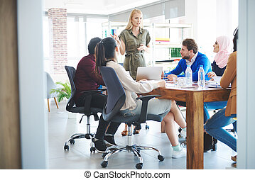 magabiztos, woman vezényel, képben látható, üzleti találkozás