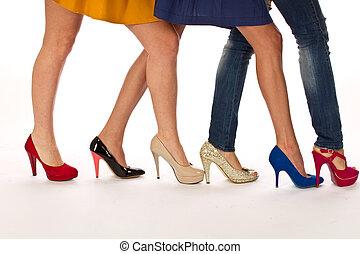 magas, különböző, combok, cipők, megsarkal