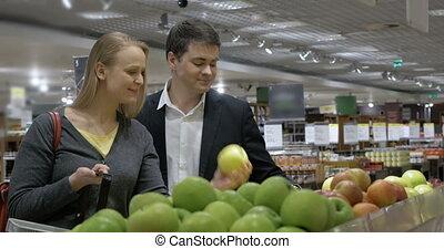 magasin épicerie, couple, choisir, pommes