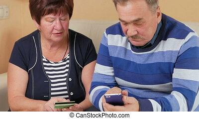 magasin, achats femme, séance, administré, couple, divan, crédit, téléphone., internet, soigneusement, maison, personne agee, données, carte, homme