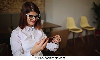 magasin, café, femme, elle, séance, texting, jeune, téléphone, intelligent, heureux