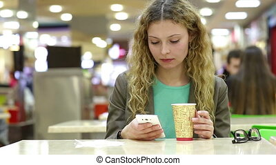 magasin, café, femme, mobile, thé, jeune, téléphone, utilisation, boire, ou, heureux