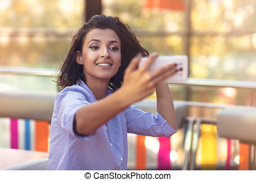 magasin, café, femme, selfie, jeune, prendre