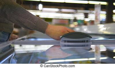 magasin, choisir, il, femme, fin, section, jeune, glace, produit, femme, porte, ouverture, frigidaire, supermarché, verre, basket., mettre, réfrigéré, mains, cream., prendre, haut