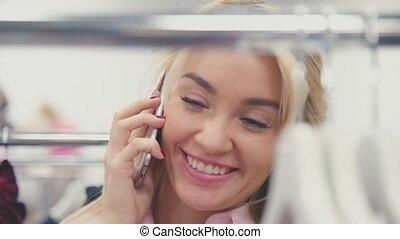 magasin, chooses, conversation, téléphone., blond, girl, vêtements