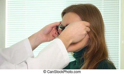 magasin, femme, opticien, client, lunettes, mettre, nouveau, optique, homme