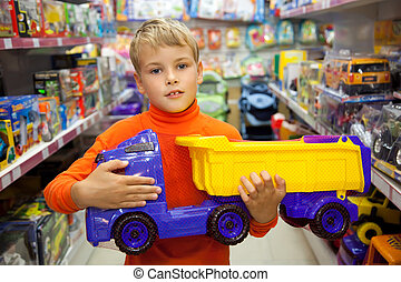 magasin, garçon, camion jouet, mains