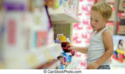 magasin, garçon, jouets, regarder