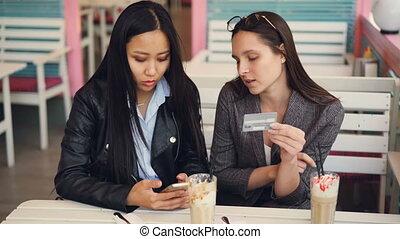 magasin, information, achats, payant, alors, crédit, concept., moderne, jeune, high-five., gai, banque ligne, entrer, technologie internet, carte, femmes