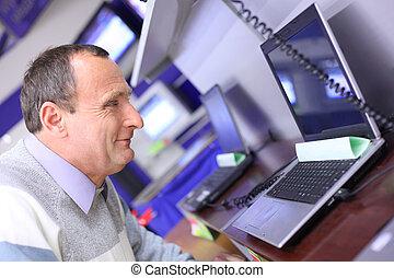 magasin, ordinateur portable, regarde, homme âgé