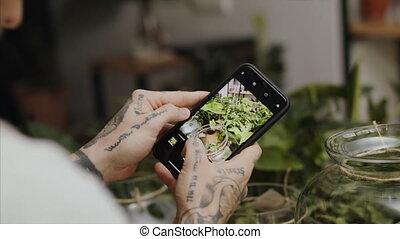 magasin, photographie, homme, smartphone., debout, fleuriste...