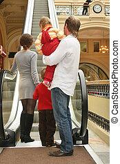 magasin, quatre, derrière, escalator, famille