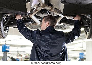magasin, réparation, work., fonctionnement, auto, debout, confiant, quoique, mécanicien, sous, voiture