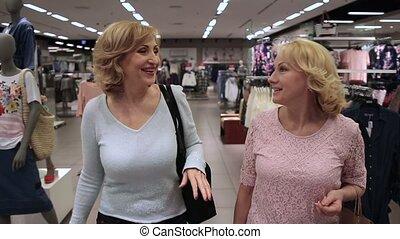magasin, satisfait, aller, sourire, dehors, habillement, femmes