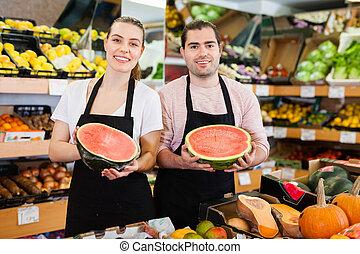 magasin, tenant mains, jeune, vendeuse, vendeur, fruit, ...