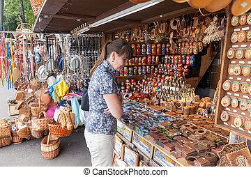 magasin, ville, ancien, août, 10, fait main, -, jeune, novgorod, souvenirs, 10:, célèbre, femme, choisir, russe, cadeau, 2013, novgorod.