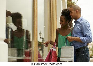 magasin, ville, couple, américain, regarder, fenêtre, africaine, panama
