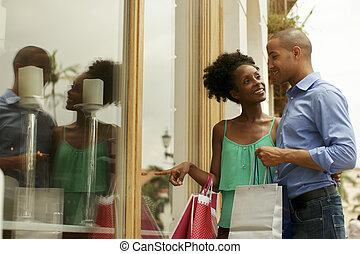 magasin, ville, regard, couple, américain, fenêtre, africaine, panama