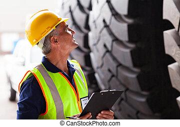 magazijn, tires, arbeider, inspecteren