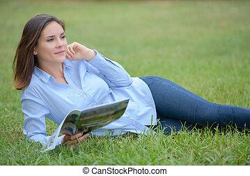 magazine, femme, layed, herbe, tenue