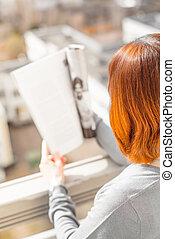 magazine, lecture femme, balcon