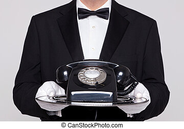 maggiordomo, presa a terra, uno, telefono, su, vassoio argento