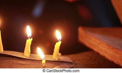 magisch, halloween, ritual., oud, boek, candle., vasthouden...
