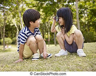 magnifier, 屋外で, 遊び, 子供, アジア人