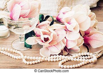 magnolie, blumen, mit, perlen, auf, holztisch