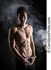 magro, atlético, shirtless, homem jovem, ficar, ligado, experiência escura