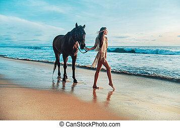 magro, giovane signora, camminare, con, uno, cavallo, coccolare