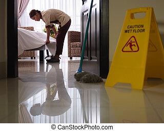maid, op het werk, en, poetsen, in, luxe, hotelkamer